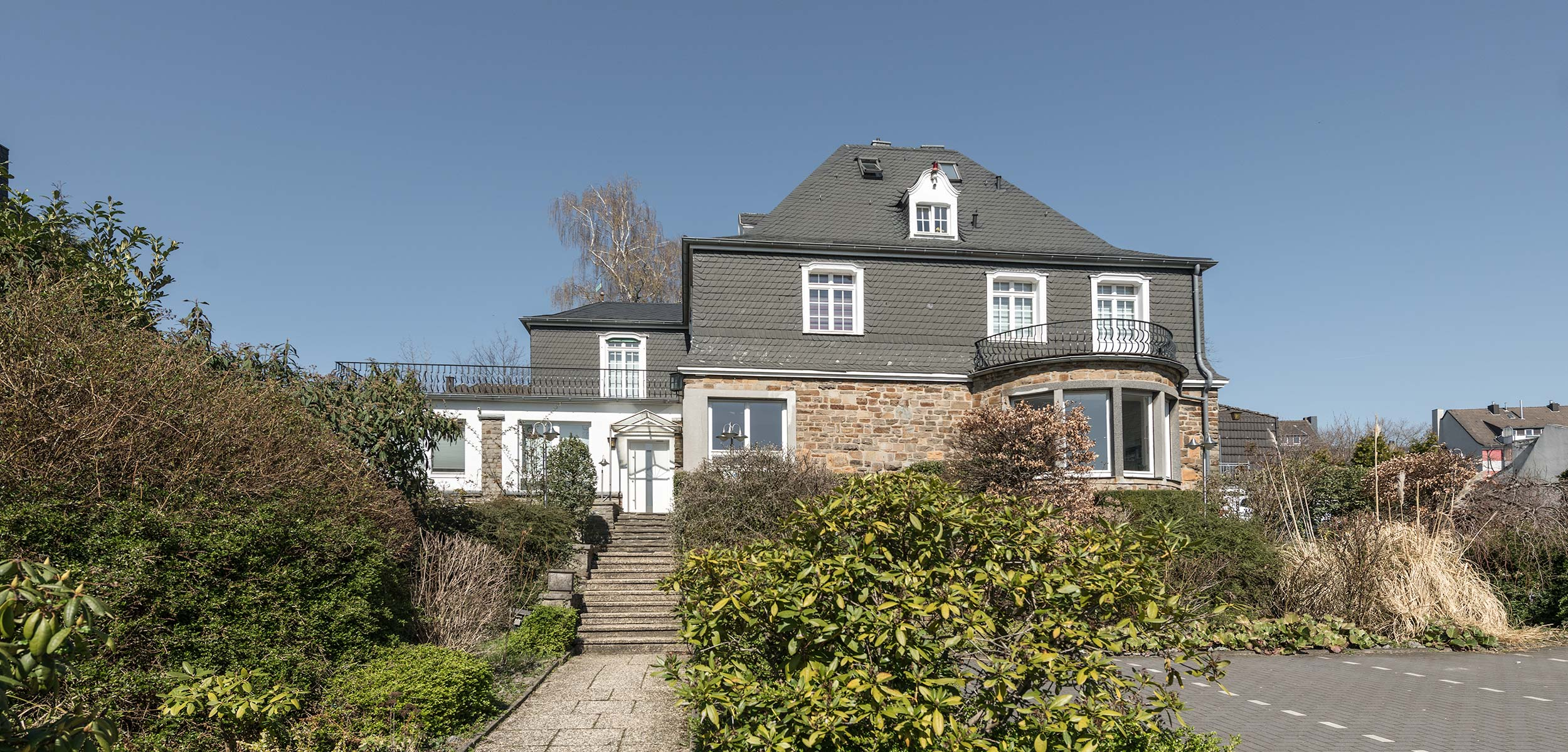 Villa Nonnenbusch in Heiligenhaus – Gemeinschaftspraxis für Orthopädie – Aussenansicht des Gebäudes