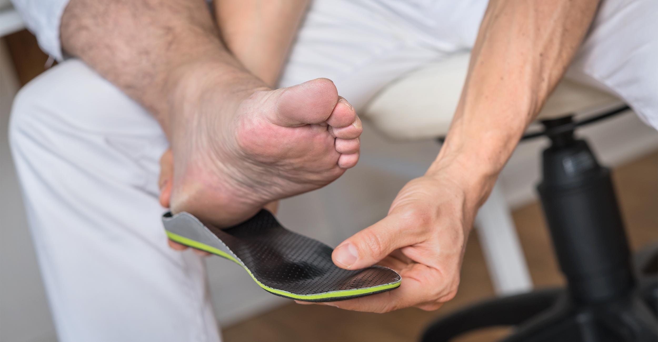 Anpassen von sensomotorischen Einlagen an den Fuß