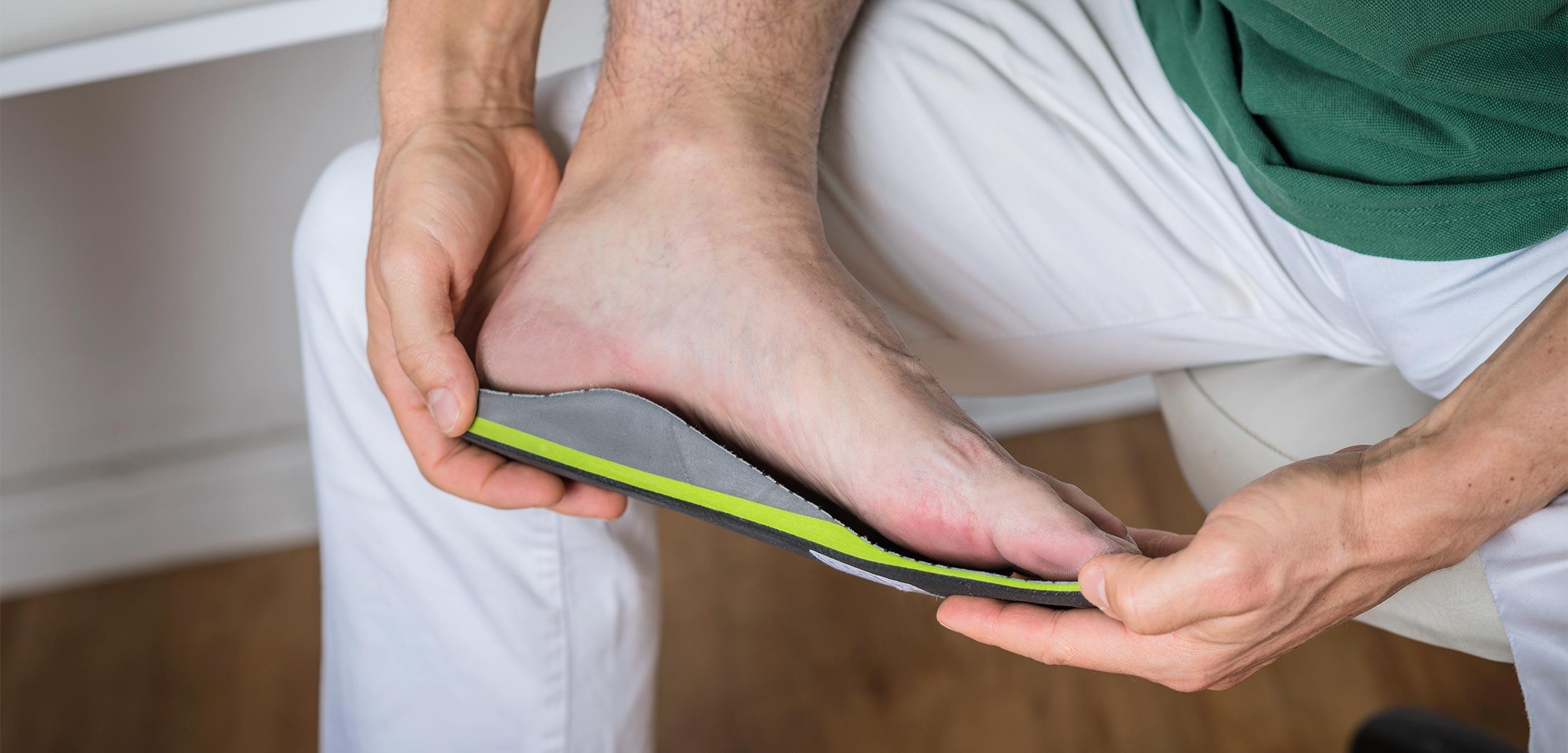 Anpassen neuer sensomotorischer Einlagen an die Füße