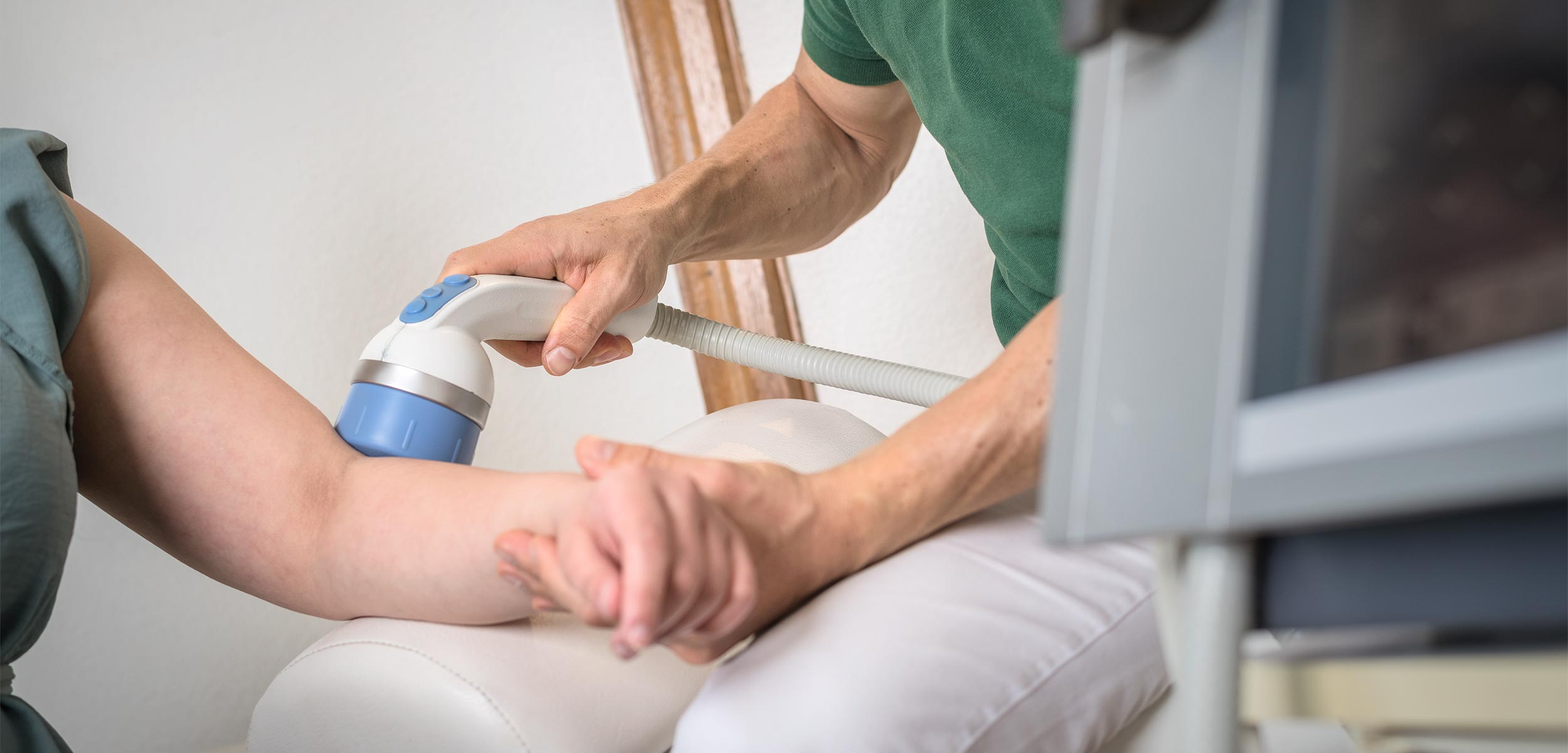 Stoßwellentherapie kann Beschwerden wie z.B. Tennisarm reduzieren